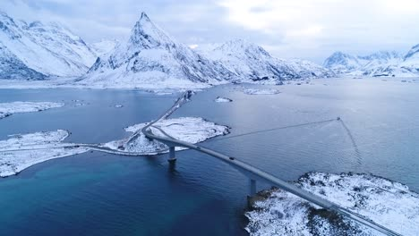 Los-Coches-Pasan-Por-Los-Puentes-Que-Conectan-Las-Invernales-Islas-Lofoten-En-Noruega