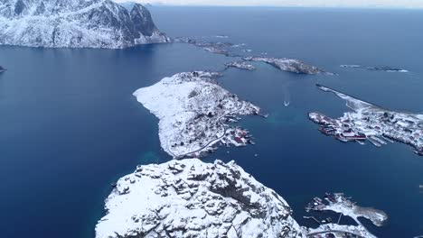 Una-Vista-Aérea-Muestra-Las-Islas-Lofoten-Nevadas-De-Noruega