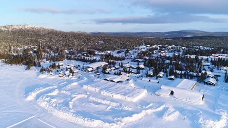 Una-Vista-Aérea-Muestra-El-área-Boscosa-Que-Rodea-Un-Hotel-De-Hielo-En-Kiruna-Suecia.