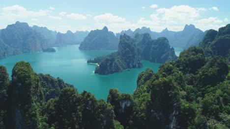 Eine-Luftaufnahme-Zeigt-Grüne-Berginseln-Des-Khao-Sok-Nationalparks-In-Surat-Thani-Thailand