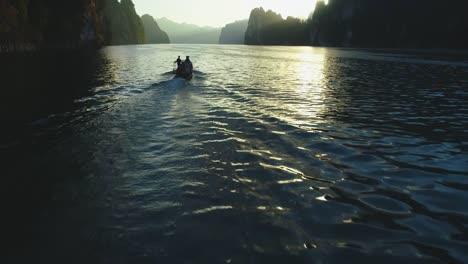 Los-Turistas-Viajan-En-Lancha-A-Través-Del-Parque-Nacional-Khao-Sok-En-Surat-Thani-Tailandia