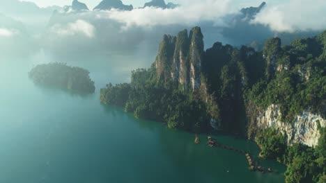 Una-Vista-Aérea-Muestra-Montañas-Verdes-Y-Alojamientos-En-El-Puerto-Entre-Las-Nubes-En-El-Parque-Nacional-Khao-Sok-En-Surat-Thani-Tailandia-1