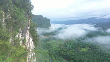 Neblige-Grüne-Berge-Sind-In-Thailand-Zu-Sehen-1