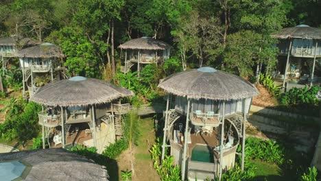 Los-Turistas-Disfrutan-De-Alojamientos-Tropicales-En-Un-Resort-De-La-Selva-De-Tailandia