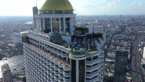 Los-Turistas-Son-Vistos-En-El-Sky-Bar-En-Lo-Alto-De-La-Torre-Estatal-En-Bangkok,-Tailandia