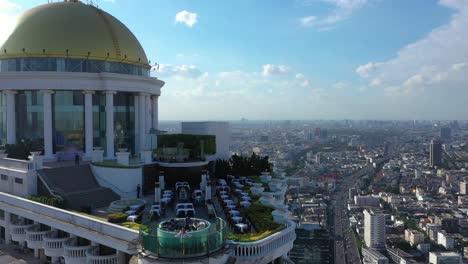 Los-Turistas-Son-Vistos-En-El-Sky-Bar-En-Lo-Alto-De-La-Torre-Estatal-En-Bangkok-Tailandia-Con-Vistas-A-La-Ciudad-