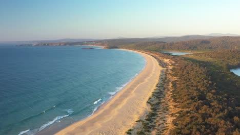 Una-Excelente-Vista-Aérea-De-La-Costa-De-La-Bahía-De-Kianinny-En-El-Parque-Nacional-Bournda-En-Nueva-Gales-Del-Sur-Australia