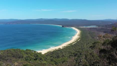 Una-Excelente-Vista-Aérea-Que-Se-Avecina-Desde-Un-Muelle-Hasta-El-Mirador-De-La-Bahía-De-Desastres-En-El-Parque-Nacional-Ben-Boyd-En-Nueva-Gales-Del-Sur-Australia