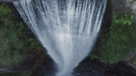 Una-Excelente-Toma-Aérea-Viaja-Por-Belmore-Falls-En-Nueva-Gales-Del-Sur-Australia