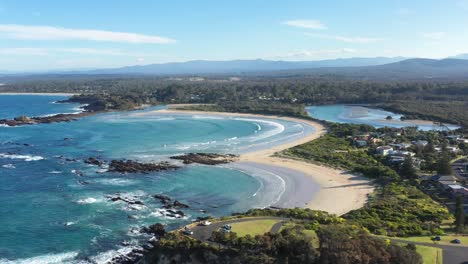 An-Excellent-Vista-Aérea-View-Of-Waves-Lapping-At-The-Beaches-Of-Tomakin-New-South-Wales-Australia