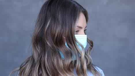 Una-Mujer-Se-Acerca-A-La-Cámara-Con-Una-Máscara-Durante-La-Epidemia-Pandémica-De-Coronavirus-Covid19