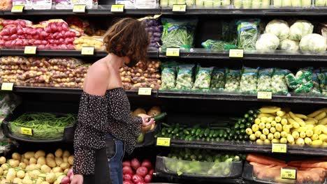Una-Mujer-En-Tiendas-De-Máscaras-En-La-Sección-De-Productos-Agrícolas-De-Un-Supermercado-Durante-La-Epidemia-De-La-Pandemia-De-Coronavirus-Covid19-3