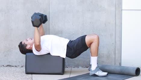 Un-Hombre-Levanta-Pesas-Y-Hace-Ejercicio-Durante-Una-Sesión-De-Entrenamiento-Fitness-En-Un-Gimnasio