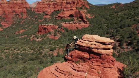 Antenne-Von-Zwei-Liebespaaren-Die-Auf-Red-Peak-Butte-In-Der-Nähe-Von-Sedona-Arizona-Wandern-