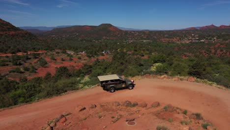 Vista-Aérea-over-jeep-conduciendo-through-the-rugged-backcountry-on-dirt-roads-near-Sedona-Arizona-1