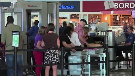 Los-Viajeros-Del-Aeropuerto-Pasan-Por-Un-Puesto-De-Control-De-Seguridad-Tsa