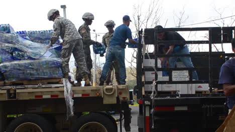 Wasser-Und-Hilfsgüter-Werden-Von-Den-US-Hilfsorganisationen-An-Die-Opfer-Des-Hurrikans-Maria-In-Puerto-Rico-Geliefert-1
