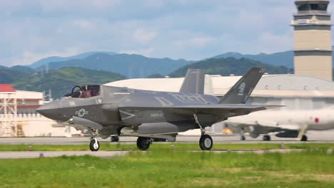 F35B-Relámpago-Ii-Aircraft-Prepare-To-Take-Off-From-A-Runway-In-Japón-In-Response-To-A-North-Korea-Missile-Launch