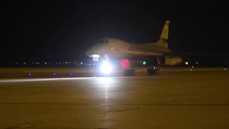 American-B1b-Bombarderos-Nucleares-Taxi-En-La-Pista-De-Aterrizaje-En-Una-Base-Aérea-En-La-Noche-3