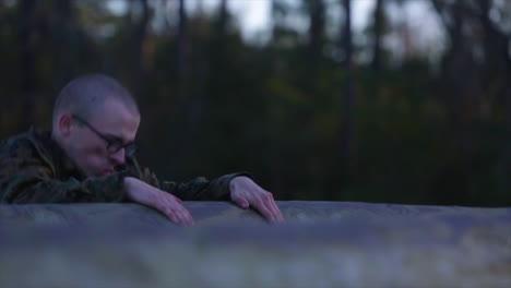 Los-Marines-Estadounidenses-Reciben-Un-Entrenamiento-Básico-Que-Incluye-Cuerdas-De-Escalada-1
