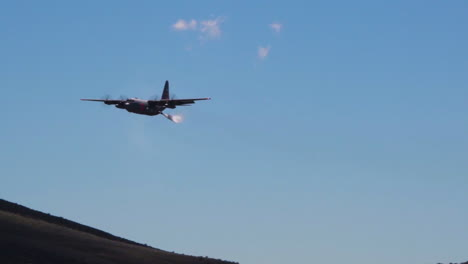 An-C130-Vista-Aérea-Tanker-Drops-Fire-Retardant-And-Water-Near-A-Fire-Zone