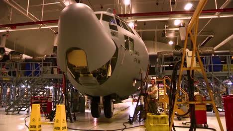 Lapso-De-Tiempo-Del-Avión-Militar-C130-Hercules-En-Un-Hangar-Para-Mantenimiento-1