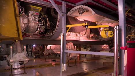 Lapso-De-Tiempo-Del-Avión-Militar-C130-Hercules-En-Un-Hangar-Para-Mantenimiento-2