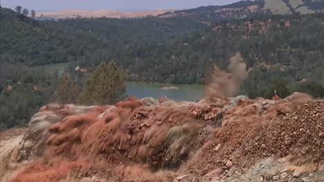 Plano-Lateral-De-Una-Explosi�n-De-Dinamita-Limpiando-Un-Canal-De-Agua-En-El-Proyecto-De-Reconstrucci�n-Del-Aliviadero-De-La-Presa-De-Oroville-Plano-Lateral-De-Una-Explosión-De-Dinamita-Limpiando-Un-Canal-De-Agua-En-El-Proyecto-De-Reconstrucción-Del-Aliviadero-De-La-Presa-De-Oroville