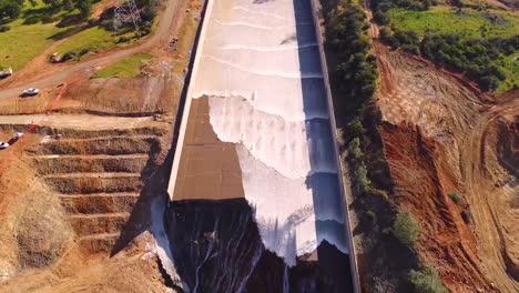 Espectacular-Antena-De-Agua-Que-Fluye-A-Través-Del-Nuevo-Aliviadero-Restaurado-En-La-Presa-De-Oroville,-California