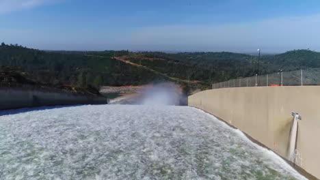 Espectacular-Antena-De-Agua-Que-Fluye-A-Través-Del-Nuevo-Vertedero-Restaurado-En-La-Presa-De-Oroville,-California-1
