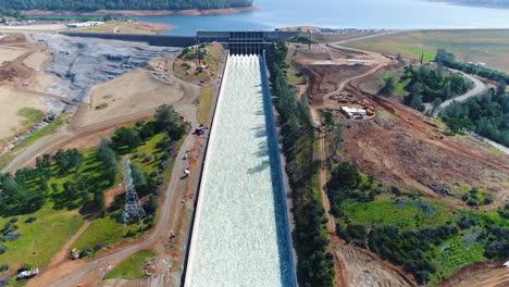 Espectacular-Antena-De-Agua-Que-Fluye-A-Través-Del-Nuevo-Aliviadero-Restaurado-En-La-Presa-De-Oroville,-California-3
