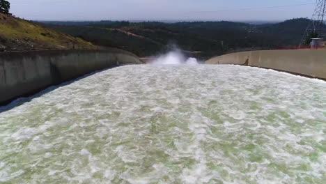 Espectaculares-Antenas-De-Agua-Que-Fluye-A-Través-Del-Nuevo-Aliviadero-Restaurado-En-La-Presa-De-Oroville,-California-1