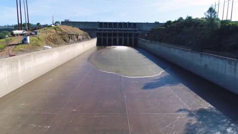 Espectaculares-Antenas-De-Agua-Que-Fluye-A-Través-Del-Nuevo-Vertedero-Restaurado-En-La-Presa-De-Oroville-California-2