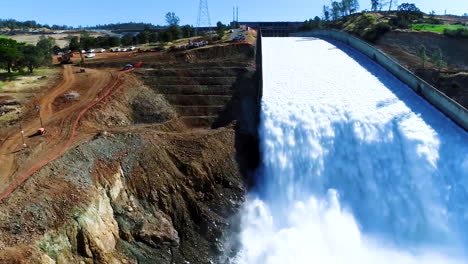 Antenas-Espectaculares-De-Agua-Que-Fluye-A-Través-Del-Nuevo-Aliviadero-Restaurado-En-La-Presa-De-Oroville,-California-7