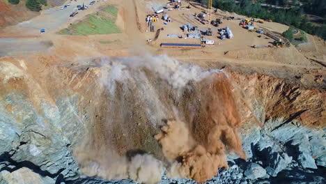 Antena-Sobre-Una-Explosi�n-De-Dinamita-Limpiando-Un-Canal-De-Agua-En-El-Proyecto-De-Reconstrucci�n-Del-Aliviadero-De-La-Presa-De-Oroville-3-Antena-Sobre-Una-Explosión-De-Dinamita-Limpiando-Un-Canal-De-Agua-En-El-Proyecto-De-Reconstrucción-Del-Aliviadero-De-La-Presa-De-Oroville-3