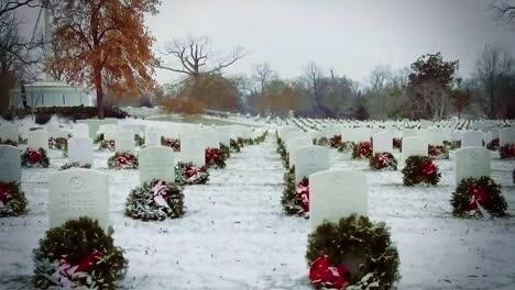 Las-Tumbas-En-El-Cementerio-Nacional-De-Arlington-Se-Ven-En-El-Invierno-Cada-Una-Decorada-Con-Una-Corona