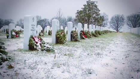 Las-Tumbas-En-El-Cementerio-Nacional-De-Arlington-Se-Ven-En-El-Invierno-Cada-Una-Decorada-Con-Una-Corona-1
