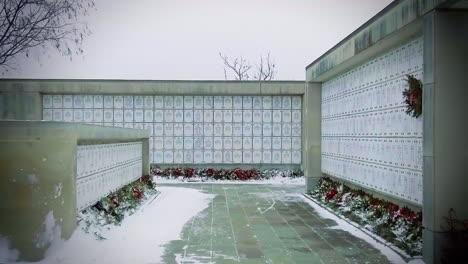 Las-Paredes-Del-Columbario-En-El-Cementerio-Nacional-De-Arlington-Se-Muestran-En-Invierno-Decoradas-Con-Coronas