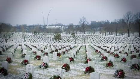 Las-Tumbas-De-Los-Cristianos-En-El-Cementerio-Nacional-De-Arlington-Reciben-Coronas-Navideñas-En-Invierno