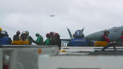 Los-Marineros-Ven-Un-Avión-De-La-Marina-Estadounidense-Despegar-Del-Uss-Gerald-Ford