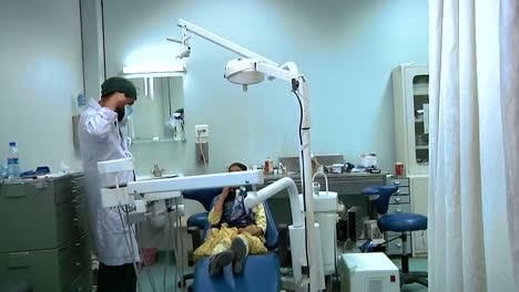 A-Una-Niña-Le-Inspeccionan-Los-Dientes-En-El-Hospital-Militar-Regional-De-Afganistán