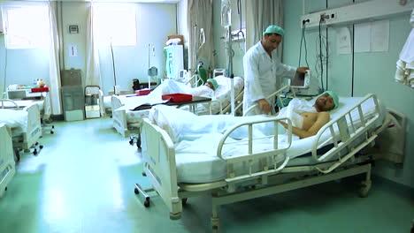 Los-Médicos-Atienden-A-Los-Soldados-Heridos-En-El-Hospital-Militar-Regional-De-Afganistán-1