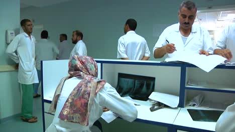 Los-Médicos-Del-Hospital-Militar-Regional-De-Afganistán-Se-Registran-Con-Las-Enfermeras-En-El-Mostrador-1