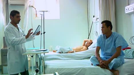 Un-Médico-Se-Registra-Con-Un-Paciente-En-El-Hospital-Militar-Regional-De-Afganistán-1