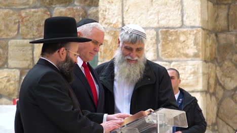 Mike-Pence-Visita-El-Muro-Occidental-En-Jerusalén