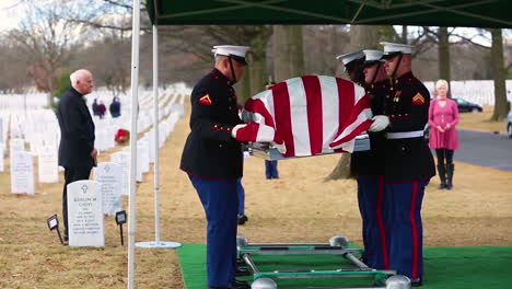 La-Sargento-Principal-Catherine-Murray-La-Primera-Mujer-De-Marina-En-Retirarse-Del-Cuerpo-De-Marines-Descansa-En-Arlington-