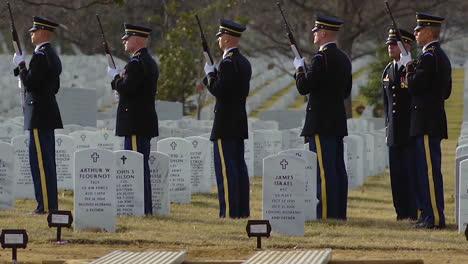 Los-Soldados-Estadounidenses-Ofrecen-Un-Saludo-De-Pistola-En-Un-Entierro-De-Arlington