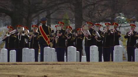 Una-Banda-Militar-Toca-&quot-&quot-America-The-Beautiful-&quot-&quot-En-El-Entierro-Del-Sargento-Mihail-Golins-En-Arlington-Mientras-Se-Dobla-La-Bandera