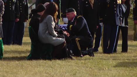Un-Oficial-Militar-Presenta-Al-Sargento-Mihail-Golins-De-Luto-A-La-Familia-Con-Una-Bandera-Doblada-En-Su-Cementerio-De-Arlington