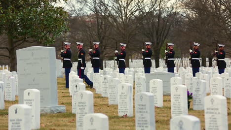 Los-Marines-Estadounidenses-Ofrecen-Un-Saludo-De-Tres-Volley-En-Honor-De-La-Sargento-Catherine-Murray-En-Arlington